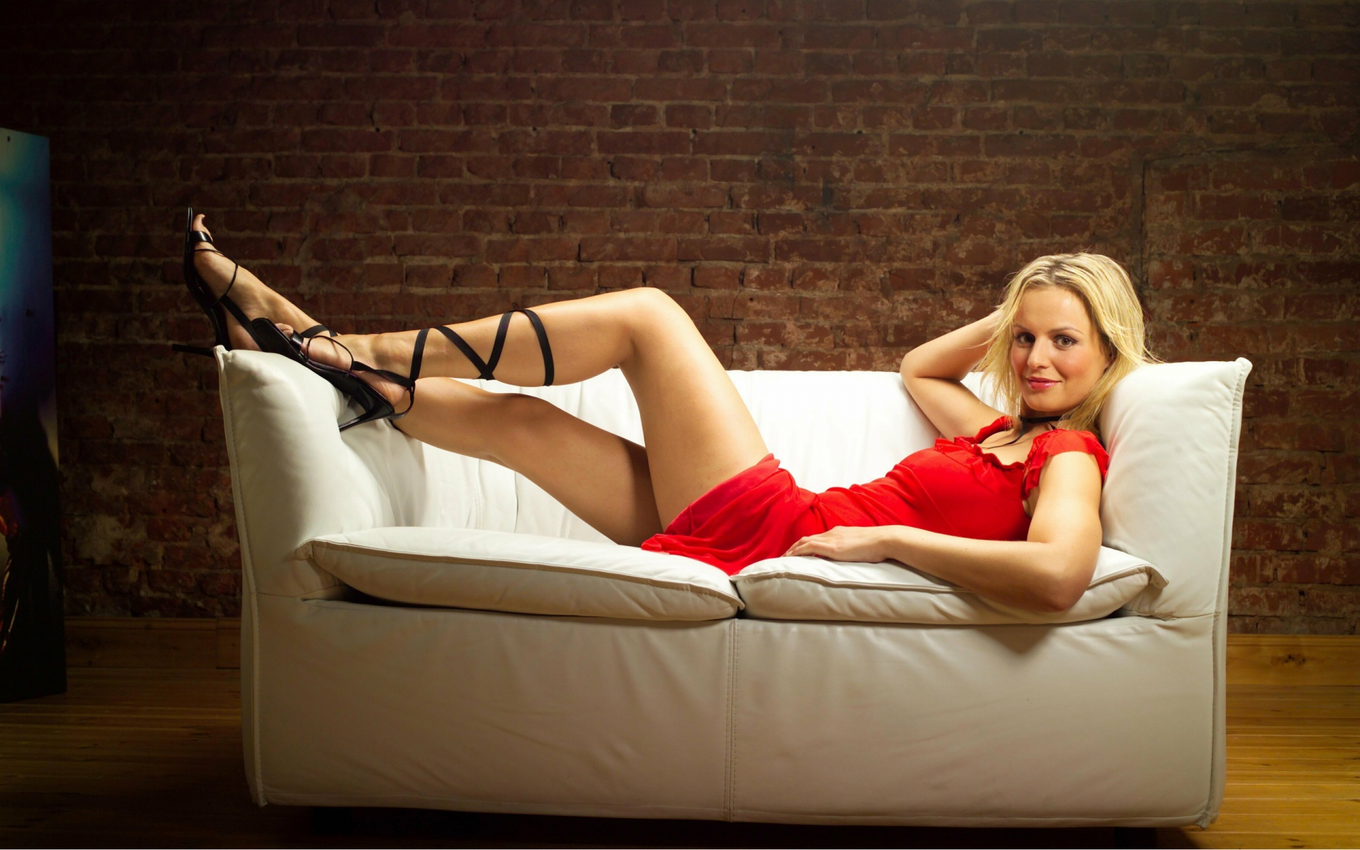 Фото блондинка на белом диване 2 фотография