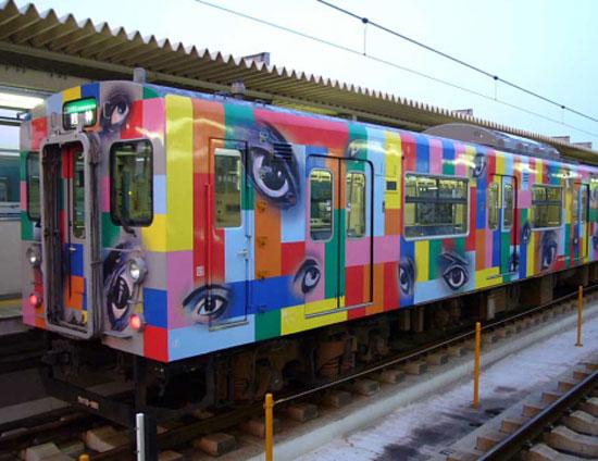 Поезд Ёко с глазами, на линии Какогава в префектуре Хёго