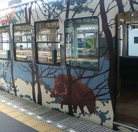 Поезд с диким кабаном, линия Эйзан в префектуре Киото